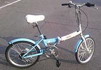水色の折りたたみ自転車